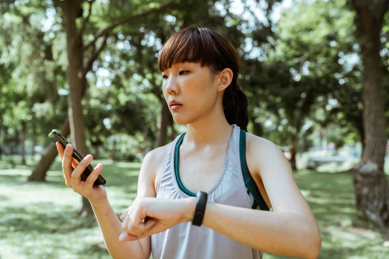 woman using fitness gadgets